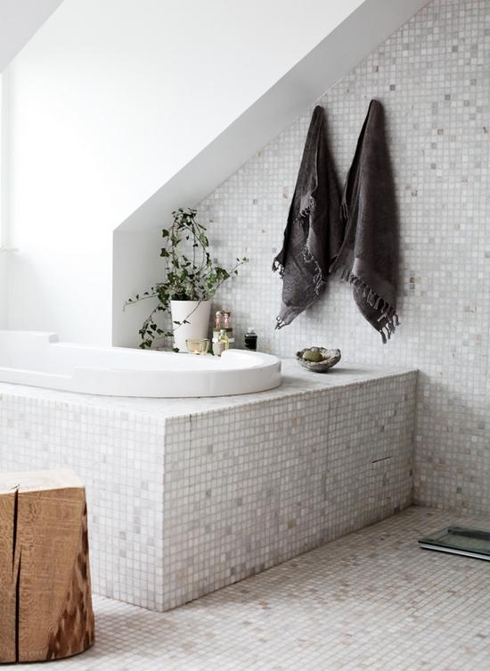Белая ванная комната на мансарде
