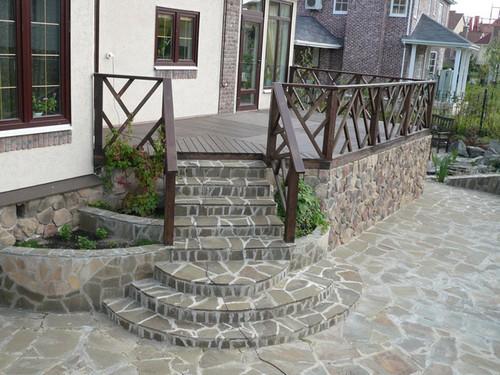 Каменное крыльцо с деревянными перилами
