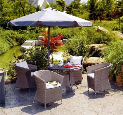 Плетеная мебель для летней зоны с зонтом