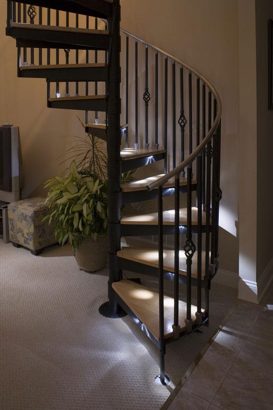 Подсветка винтовой лестницы в доме