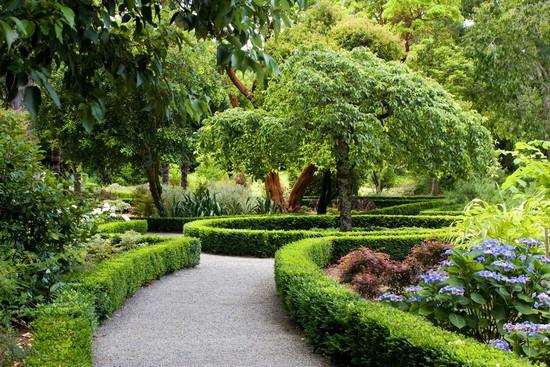 Красивый садовый лабиринт