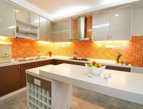 Кухонный фартук с отделкой абрикосового цвета фото