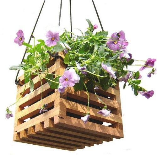 Цветы в подвесной корзине из дерева