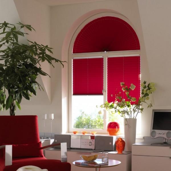 Красные шторы-плиссе для арочного окна