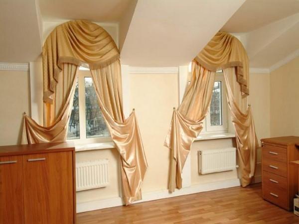 Атласные шторы на арочных окнах