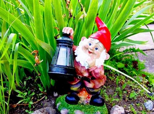 Гном с фонарем в саду фото