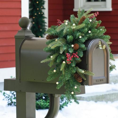 Почтовый ящик для дома с новогодним декором