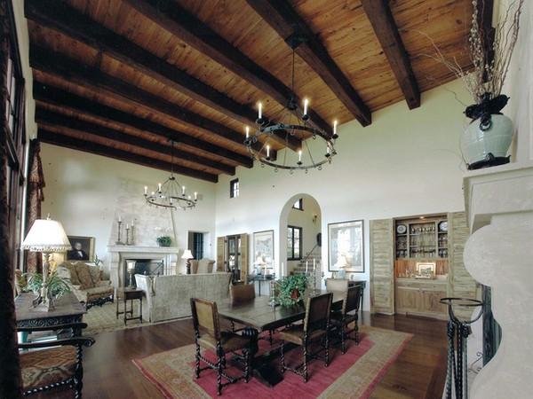 Большая гостиная-столовая в испанском стиле фото