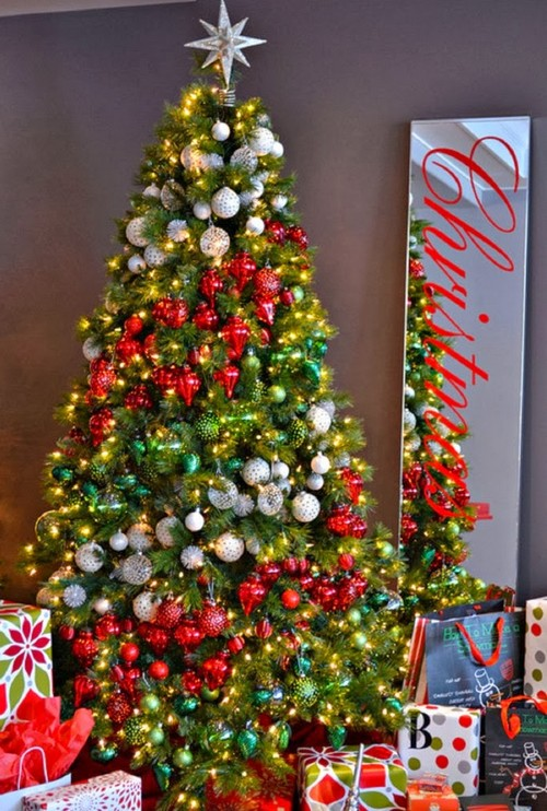 Украшение новогодней елки несколькими цветами