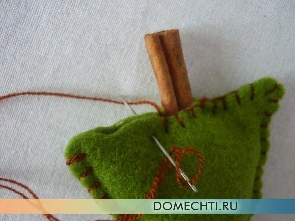 Елочка из зеленого фетра с корицей