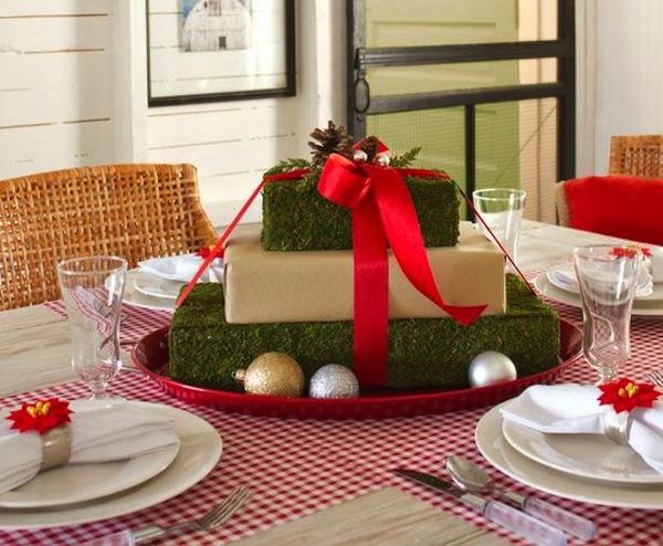 Новогодние подарки на столе - идея декора