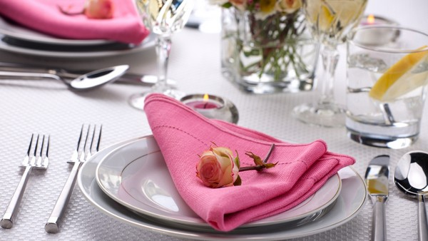 Розовые салфетки и белая скатерть
