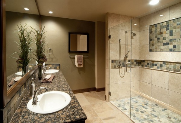 Душевой уголок в ванной со стеклянной дверью