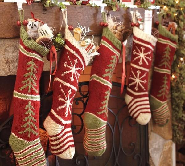 Рождественские вязаные носки на камине