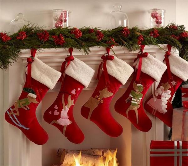 Красные рождественские носки как украшение интерьера