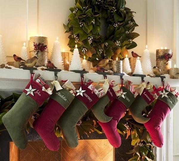 Красно-зеленые рождественские носки на камине фото
