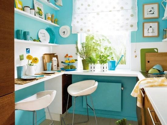 Угловая уютная малогабаритная кухня с окном