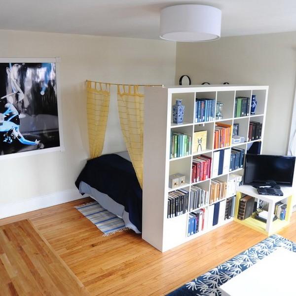 Идеи зонирования спального места в гостиной стеллажами