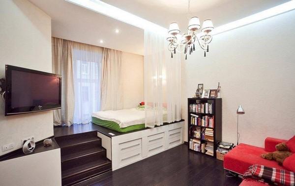 Спальное место в гостиной на подиуме