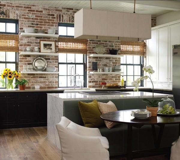 Кирпичная стена на кухне акцентная
