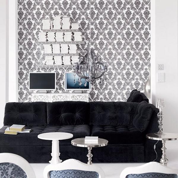 Черно-белые обои и черный диван