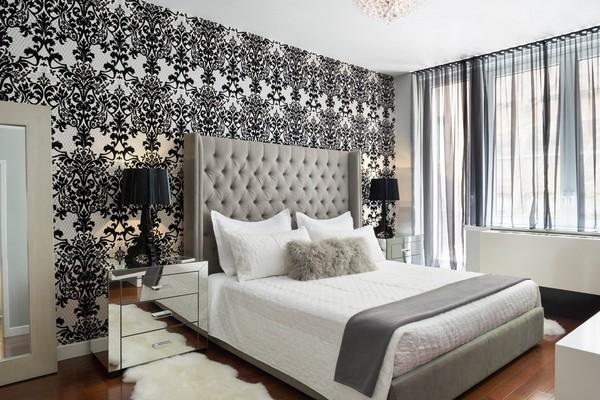 Черно-белые узорчатые обои в светлой спальне