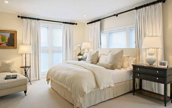 Белые шторы для светлой спальни