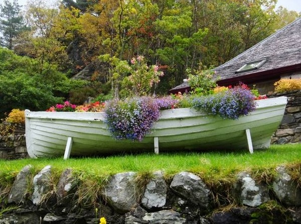 Клумба в лодке фото