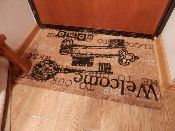 Придверный коврик с надписью и картинками