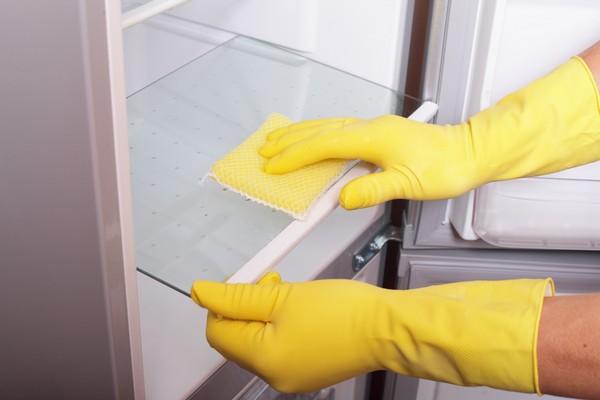 Генеральная уборка на кухне - мытье холодильника
