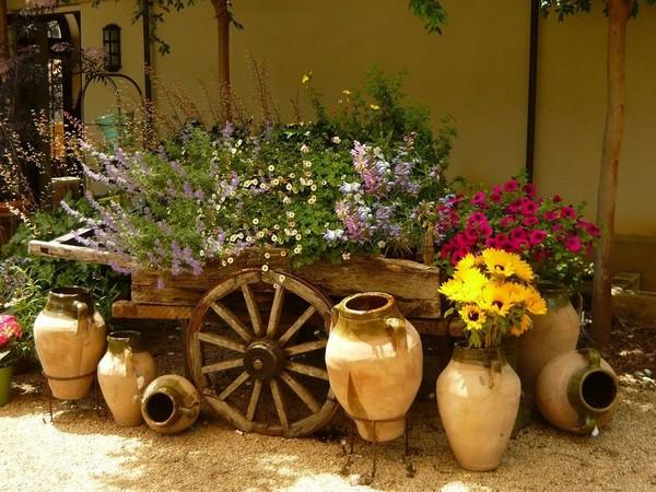 Телега с цветами на даче фото
