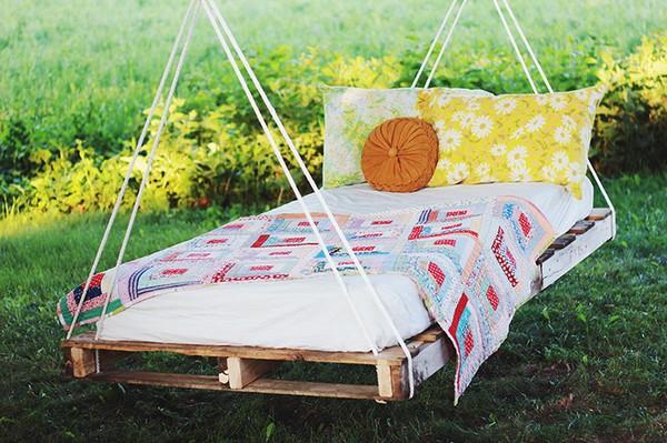 Подвесная кровать для дачи из поддонов