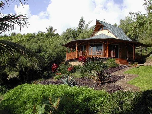 Уютный домик из бамбука фото