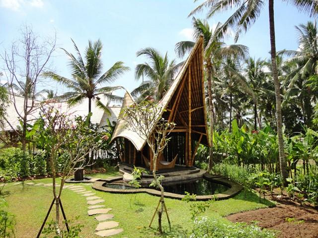 Дом с оригинальной крышей из бамбука