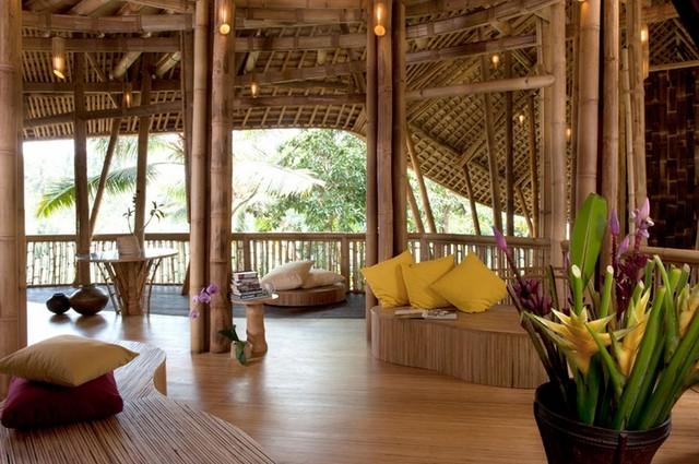 Дом с открытой стеной из бамбука
