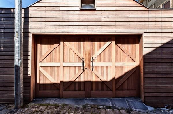 Красивый деревянный гараж фото