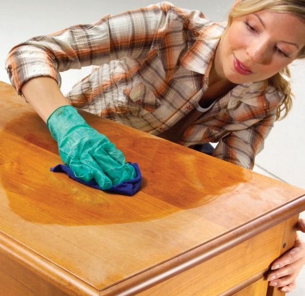 Уход за мебелью с помощью полироля