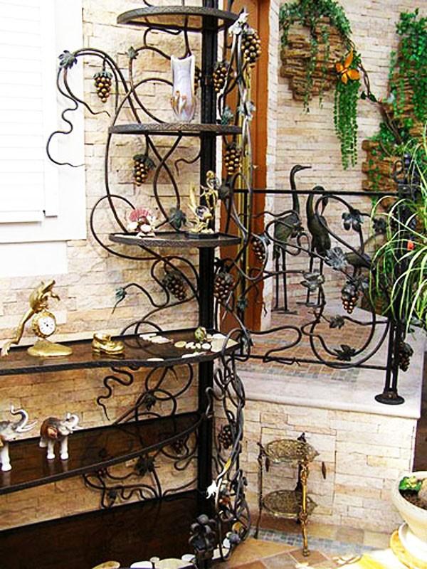 Красивая этажерка для цветов и декора