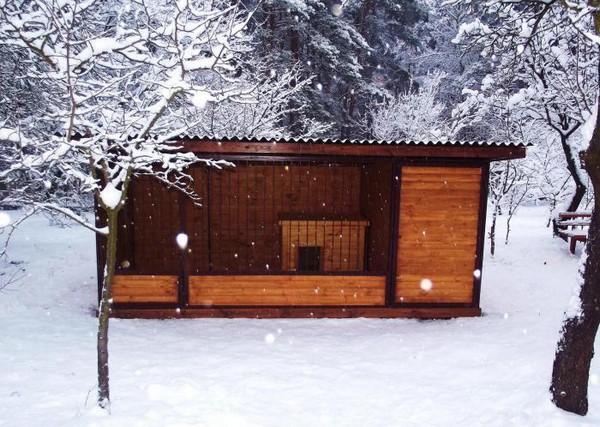 Деревянный вольер для собаки с крышей