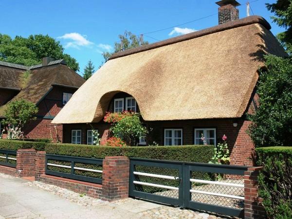 Дом с камышовой крышей фото