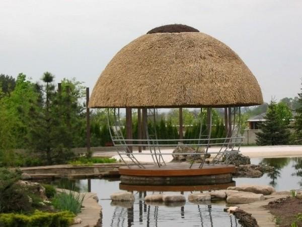Оригинальная крыша из камыша для беседки
