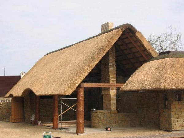 Крыша из камыша на хозпостройках