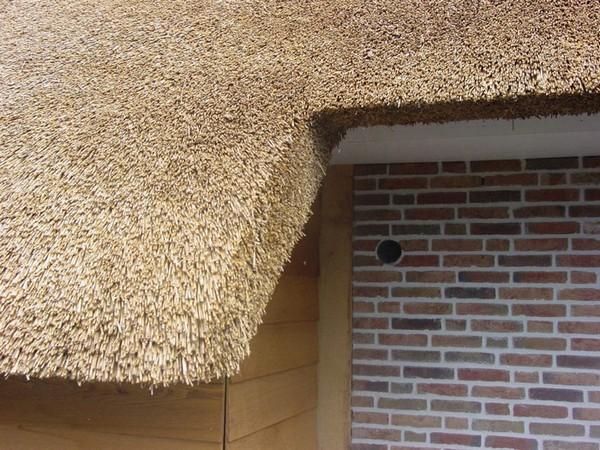 как накрыть крышу камышом