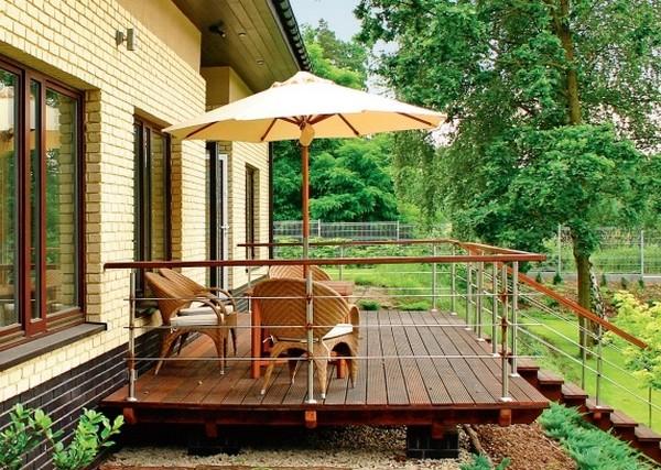 Как обустроить террасу перед домом с деревянным полом