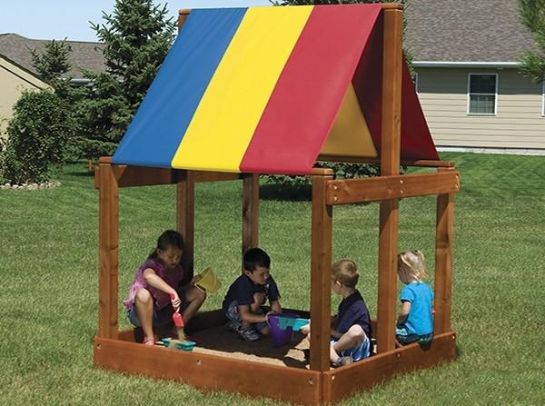 Песочница для детей из дерева с крышей