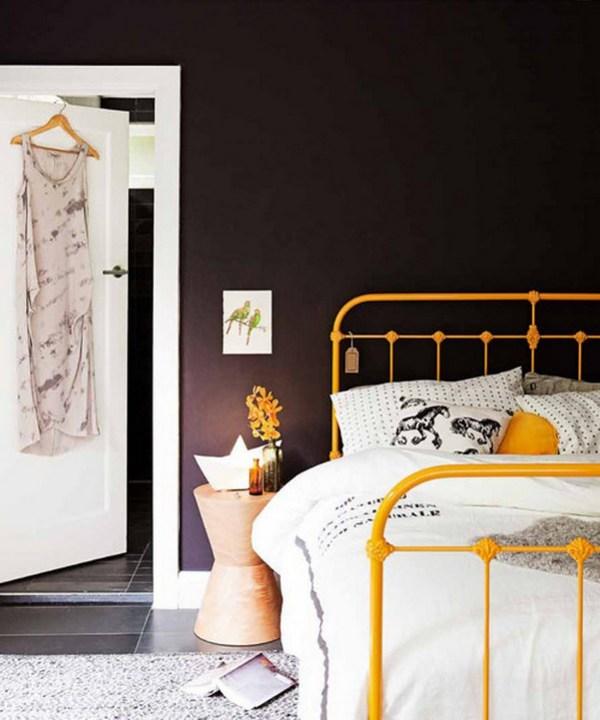 Металлическая желтая кровать фото