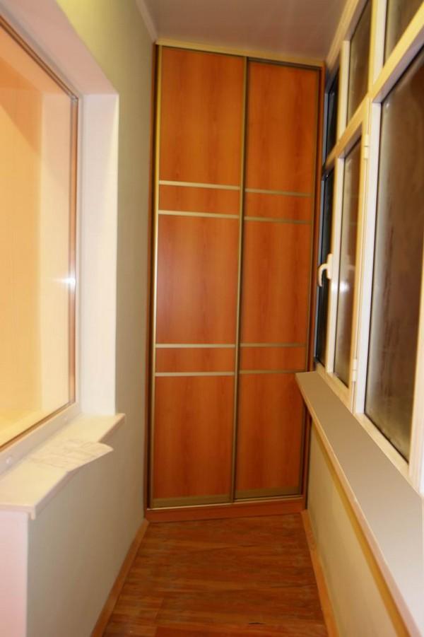 Угловой шкаф на узком балконе фото