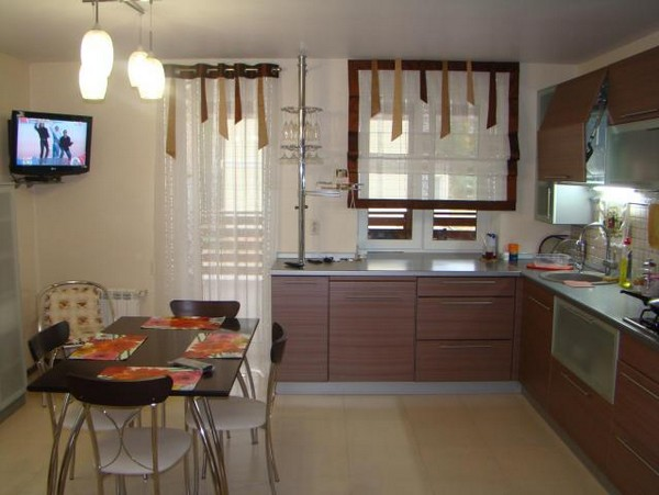 Какие шторы подойдут для кухни с балконной дверью