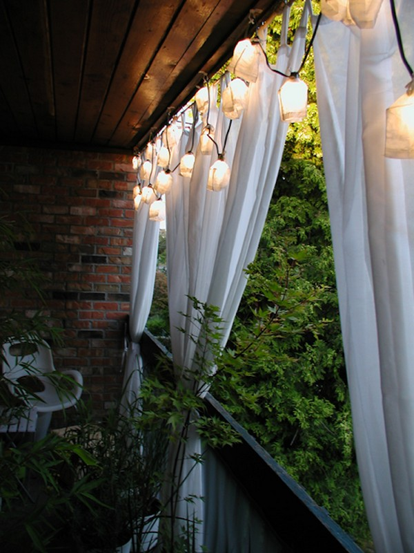 Белые шторы для открытого балкона
