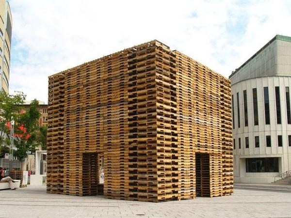 Дом из деревянных поддонов